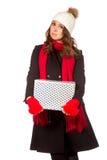 Mujer joven y hermosa que lleva a cabo un presente agradable Foto de archivo libre de regalías