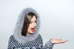 Mujer joven y hermosa que lleva a cabo un regalo de Navidad agradable emoción de la mano Imagenes de archivo