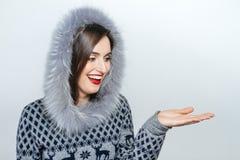 Mujer joven y hermosa que lleva a cabo un regalo de Navidad agradable emoción de la mano Imagen de archivo