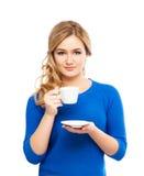 Mujer joven y hermosa que sostiene una taza de café Fotografía de archivo libre de regalías