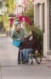 Mujer joven y hombre en la silla de ruedas Lauighing Fotos de archivo libres de regalías