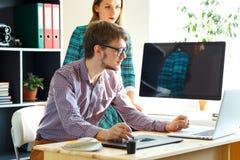 Mujer joven y hombre que trabajan del hogar - concepto moderno del negocio Imagenes de archivo
