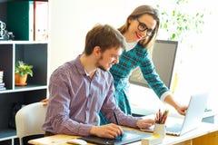 Mujer joven y hombre que trabajan del hogar - concepto moderno del negocio Imagen de archivo