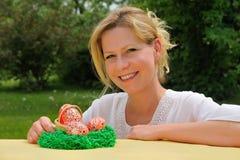Mujer joven y huevos de Pascua fotos de archivo