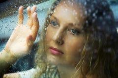 Mujer joven y lluvia tristes. Foto de archivo