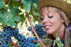 Mujer joven y manojo de uvas Fotos de archivo libres de regalías