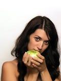 Mujer joven y manzana Foto de archivo