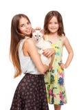 Mujer joven y niño con el gato Foto de archivo