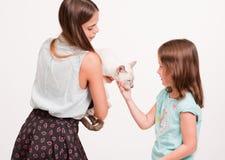 Mujer joven y niño con el gato Imágenes de archivo libres de regalías