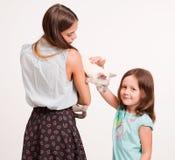 Mujer joven y niño con el gato Fotografía de archivo libre de regalías