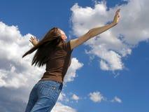 Mujer joven y nubes. foto de archivo libre de regalías