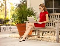 Mujer joven y ordenador Foto de archivo libre de regalías