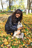 Mujer joven y pequeño husky siberiano del perro Foto de archivo libre de regalías