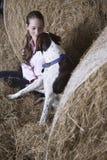 Mujer joven y perro en granero Fotografía de archivo libre de regalías