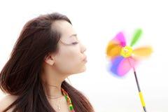 Mujer joven y pinwheel colorido foto de archivo libre de regalías