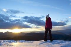 Mujer joven y puesta del sol imagen de archivo libre de regalías