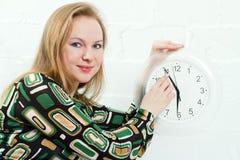 Mujer joven y reloj Foto de archivo libre de regalías