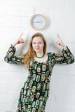 Mujer joven y reloj Imagen de archivo