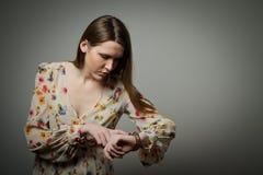 Mujer joven y reloj imagen de archivo libre de regalías