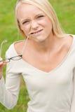 Mujer joven y sonriente Imagen de archivo