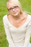 Mujer joven y sonriente Fotografía de archivo