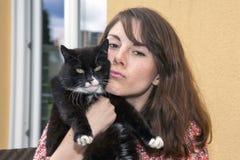 Mujer joven y su gato Foto de archivo libre de regalías