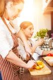Mujer joven y su hija que cocinan junto Imagenes de archivo
