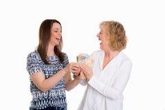 Mujer joven y su madre con el dinero Fotografía de archivo