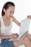 Mujer joven y su ordenador portátil Fotografía de archivo
