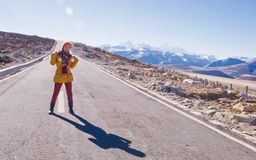 Mujer joven y su sombra en hacer excursionismo Imágenes de archivo libres de regalías
