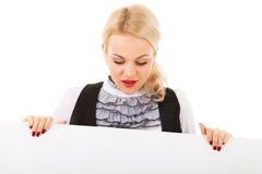 Mujer joven y tarjeta vacía imagen de archivo libre de regalías