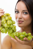 Mujer joven y uvas frescas Fotografía de archivo