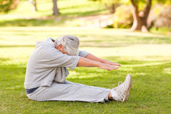 Mujer jubilada que la hace estiramientos Imagen de archivo libre de regalías