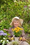 Mujer jubilada que trabaja en el jardín Imagen de archivo libre de regalías