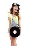Mujer jubilosa de risa con el disco de vinilo aislado en el fondo blanco Fotografía de archivo libre de regalías