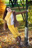 Mujer juguetona del otoño Foto de archivo libre de regalías