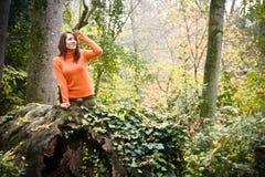 Mujer juguetona en bosque Fotografía de archivo