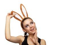 Mujer juguetona joven con los oídos del conejito fotografía de archivo
