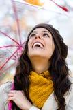 Mujer juguetona que disfruta de otoño Imágenes de archivo libres de regalías
