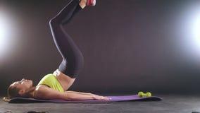 Mujer juguetona que hace el entrenamiento intenso de la aptitud en el gimnasio Atleta de sexo femenino en ropa de deportes metrajes
