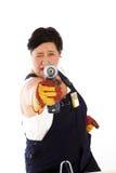Mujer juguetona que toma puntería con el taladro de potencia imagenes de archivo