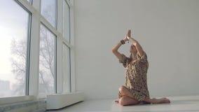 Mujer justo-pelada jóvenes que se relaja después de practicar yoga metrajes