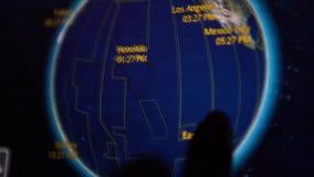mujer 4K que usa el mapa de la información del vuelo de la pantalla táctil en monitor de la cabina de pasajero almacen de metraje de vídeo