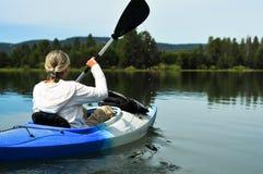 Mujer kayaking Fotografía de archivo libre de regalías