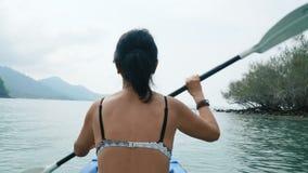 Mujer kayaking en el mar almacen de video