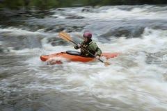 Mujer kayaking en el río Imagen de archivo