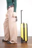 Mujer lateral con las gafas de sol y la carretilla amarilla Fotografía de archivo libre de regalías