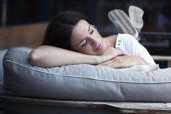 Mujer latina adulta feliz que duerme al aire libre Fotografía de archivo