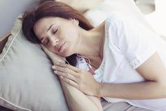 Mujer latina adulta feliz que duerme al aire libre Imágenes de archivo libres de regalías
