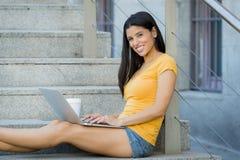 Mujer latina atractiva que trabaja en su ordenador portátil Imágenes de archivo libres de regalías